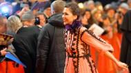 Konnte gar nicht schnell genug zu ihren Fans kommen: Schauspielerin und Jury-Mitglied Maggie Gyllenhaal.