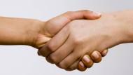 Händeschütteln – eigentlich eine ganz alltägliche Sache. In Basel musste dazu jetzt aber eine Behörde eine Grundsatzentscheidung fällen.