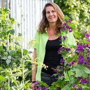 Auf ihrem Biohof im Südburgenland vermehrt Julia Wolf Jungpflanzen - und gibt altes und neues Wissen weiter.