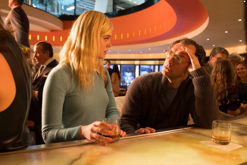 Auch Drehbuchautor Ted Davidoff (Jude Law) unterschätzt, dass Ashleigh (Elle Fanning) einen eigenen Kopf hat.