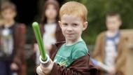 Dieser Padawan übt während eines Trainings in Orlando, wie man als Jedi-Ritter mit dem Lichtschwert umgeht.