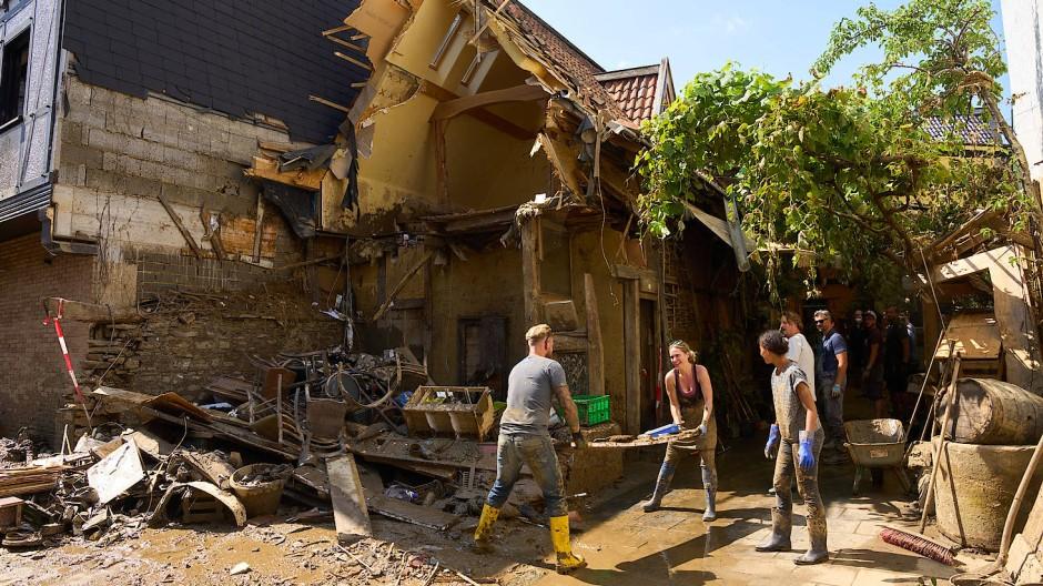 Helfer arbeiten in den Strassen von Dernau. Das Hochwasser hat hier zahlreiche Häuser unbewohnbar gemacht.
