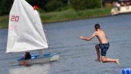 Ein Junge springt am Samstag im brandenburgischen Himmelpfort in einen Badesee. Im Norden und Osten von Deutschland soll auch morgen noch Badewetter herrschen.