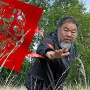 """Sein eigenes Modell: Ai Weiwei probiert die Tasche """"Cats and Dogs"""" schon einmal aus."""