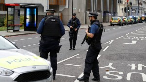 Auto fährt in London Fußgänger an
