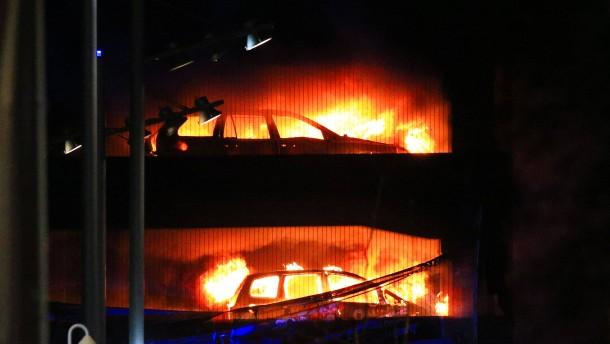 Feuer in Liverpooler Parkhaus zerstört 1400 Autos