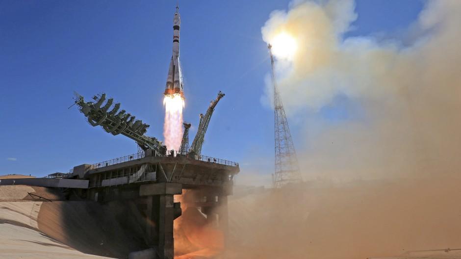 Zu den Sternen: Die Sojus-Trägerrakete  auf ihrem Weg zur ISS – an Bord ist neben dem Kosmonauten erstmals auch ein Filmteam.