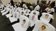 T-Shirts mit Fotografien der 32 Opfer des Zugunglücks in Viareggio liegen am Tag der Urteilsverkündung gegen ehemalige Bahnmanager auf Stühlen im Gerichtssaal.
