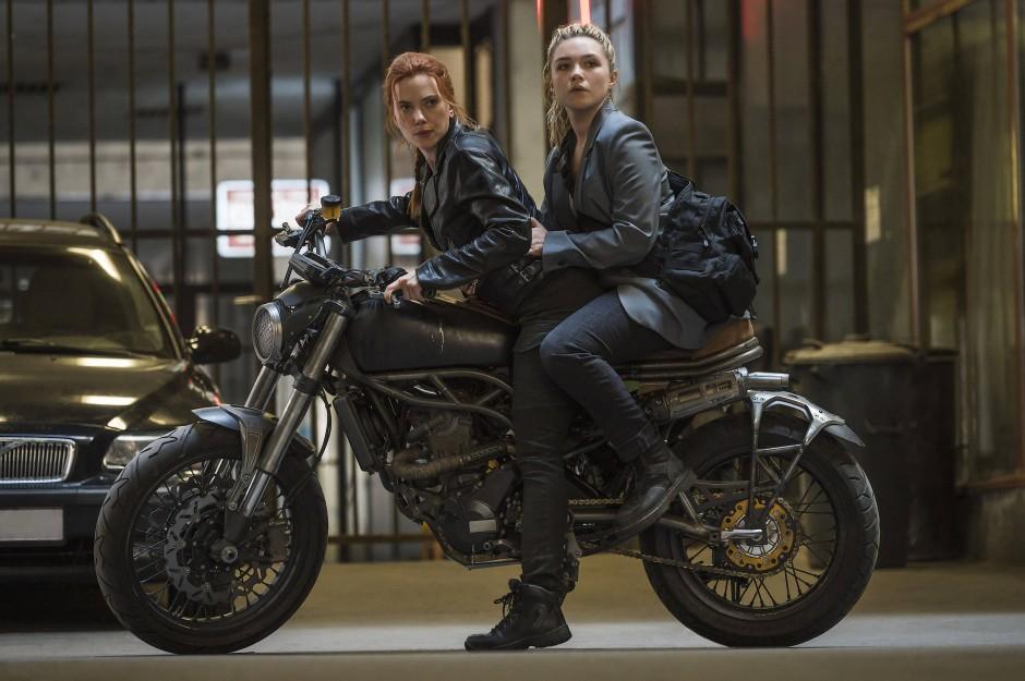 Kampfschwestern: Die ehemaligen russischen Elitekillerinnen Natasha Romanoff (Scarlett Johansson, links) und Yelena Belevo (Florence Pugh) führen nicht nur Wortgefechte gern.