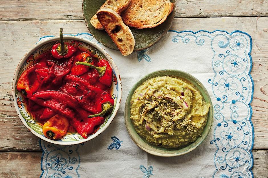 Auberginenkaviar und geröstete Paprika sind traditionelle kleine Vorspeisen, die ein schnelles Mittagessen machen.