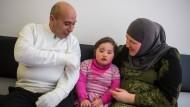 Die Eltern Abderrazzak und Xenia Ezzahri mit der vier Jahre alten Tochter Jasmina am Oberlandesgericht in München. Auch wenn sie ihr Kind lieben, hätte die an Multipler Sklerose erkrankte Mutter es im Wissen seiner Behinderung nicht bekommen.