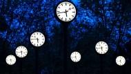 Uhren auf dem Zeitfeld in Düsseldorf – in der Nacht von Samstag auf Sonntag werden die Uhren um eine Stunde zurückgestellt.