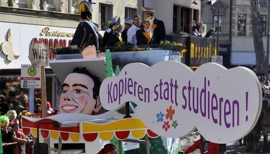 Wurde erst am Wochenende fertig: der Guttenberg-Wagen für den Kölner Rosenmontagszug