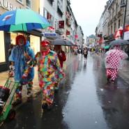 Gut gelaunt trotz Regens und Einschränkungen: Kölner in Karnevalsstimmung. Hier ist der Rosenmontagsumzug in Gegensatz zu Mainz, Düsseldorf und anderen Städten zumindest nicht ausgefallen.