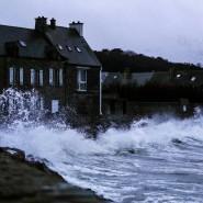 """Im Nordwesten Frankreichs warf Sturmtief """"Bella"""" hohe Wellen an Land."""