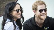 Man muss noch nicht einmal schwanger sein, damit die Klatschblätter sich ausmalen, wie das Baby aussehen könnte: Prinz Harry mit Freundin Meghan Markle