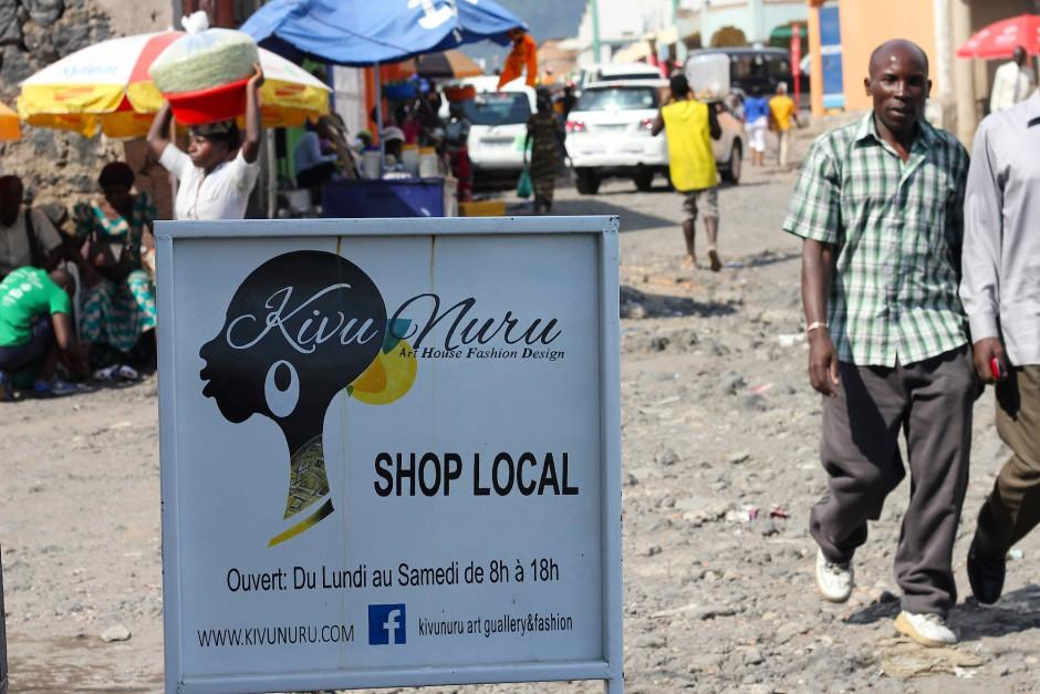 Ein Weihnachtsmarkt, extravagante Modenschauen, Präsenz bei Facebook: Mapendo Sumuni ist kreativ beim Bewerben ihres Ladens.