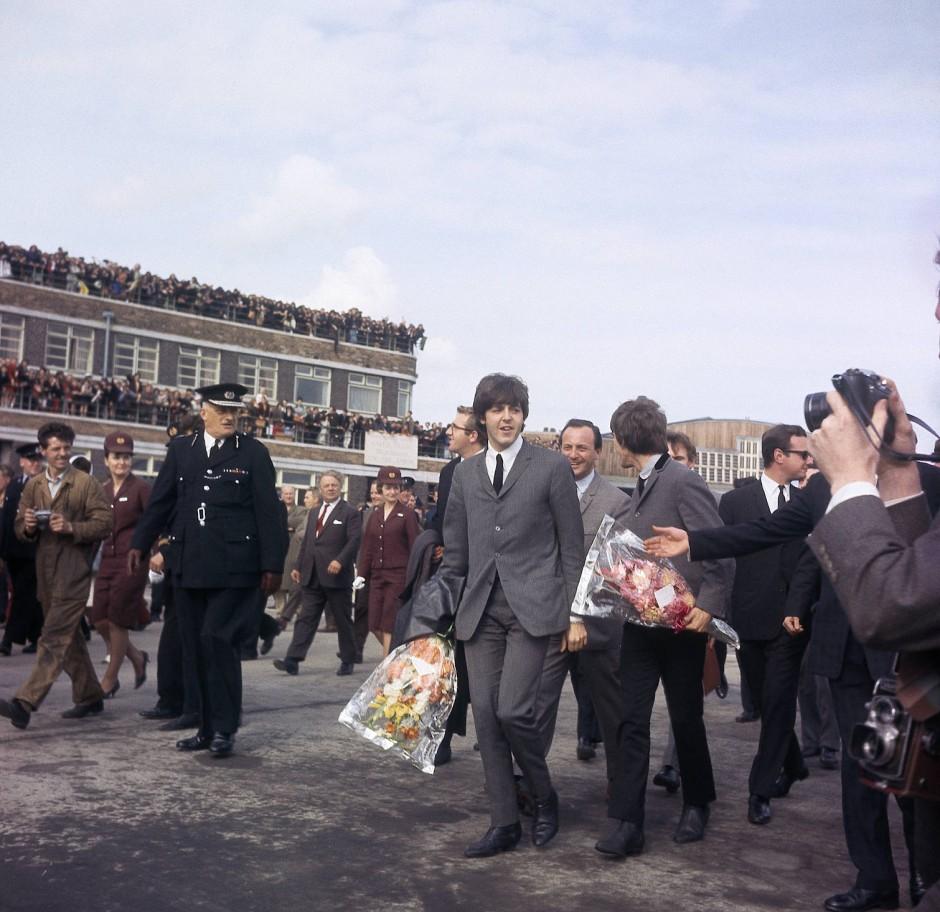 """""""Ekstasemusikanten"""": Die Beatles werden bei der Ankunft in Liverpool 1964 von Fans umlagert."""