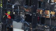 Im ausgebrannten Grenfell Tower im Westen Londons suchen Rettungskräfte noch immer nach Opfern der Brandkatastrophe.
