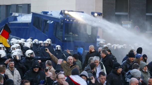 Pegida-Demo in Köln nach Angriffen auf Polizei aufgelöst