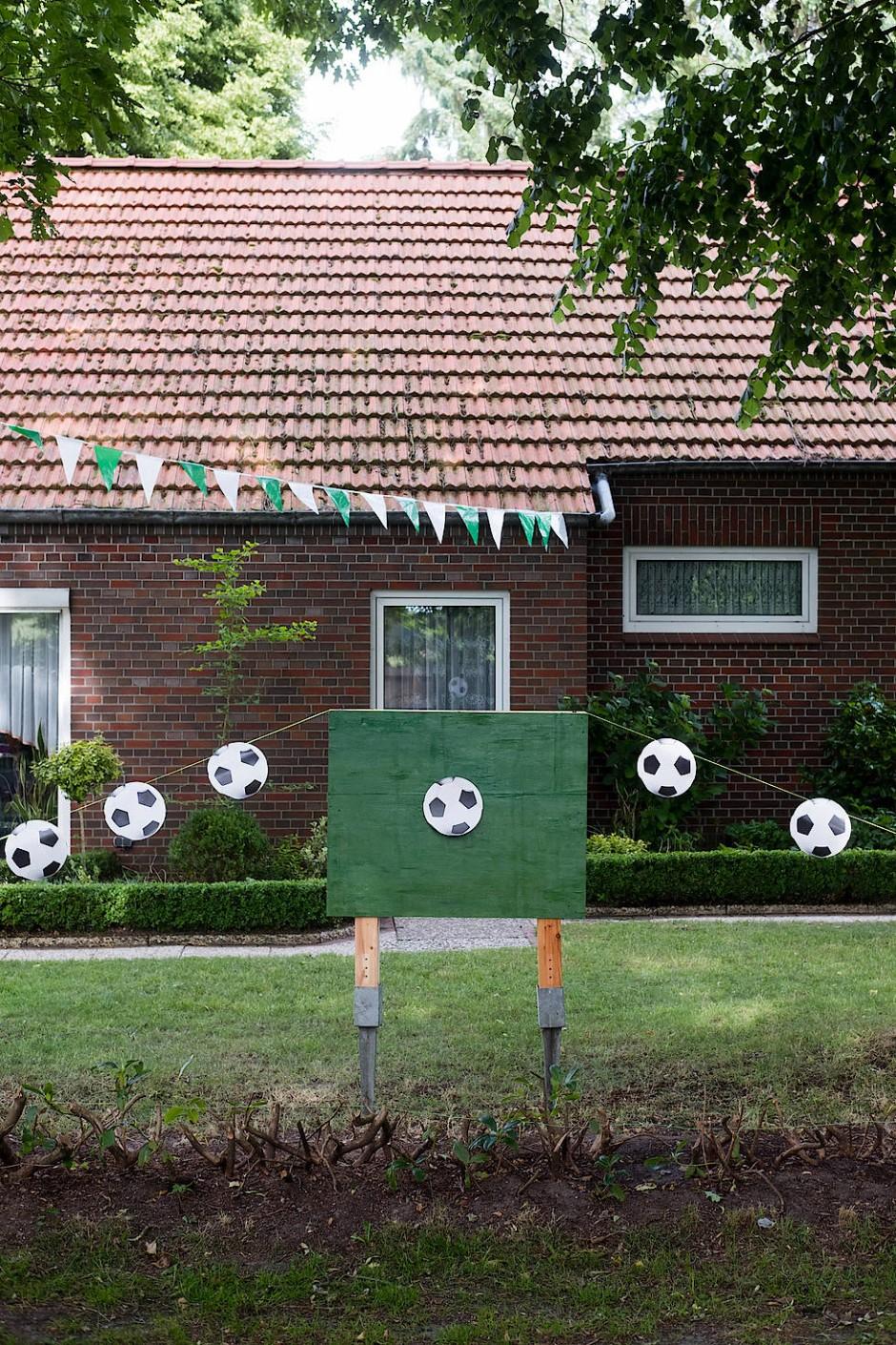 Top vorbereitet auf die WM: Fußballaufsteller im Garten eines Wohnhauses im Ortsteil Rußland in Friedeburg.