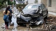 Simbach ist gezeichnet von den Folgen des Hochwassers. Mit Schaufel und Gummistiefeln gehen die Einwohner gegen Schlamm und Unrat vor.
