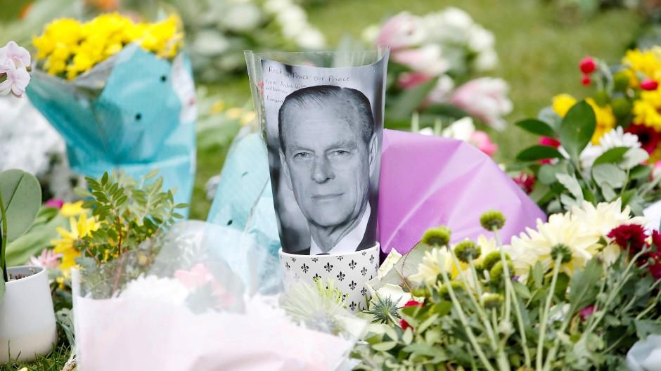 Trauernde haben Blumen vor dem Schloss Windsor abgelegt, um dem verstorbenen Prinz Philip zu gedenken.