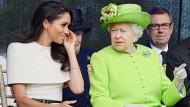 Da sah noch alles harmonisch aus: Meghan (links) und Queen Elizabeth II. im Juni 2018