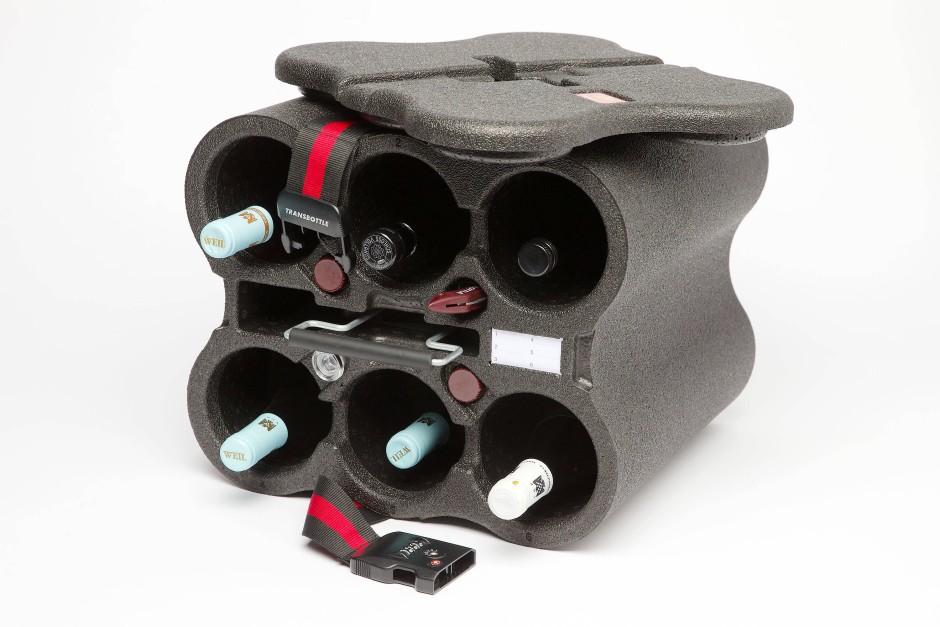 Bisher der Standard: Der Transbottle wird mit Spanngurt und Zahlenschloss gesichert und kann als Gepäckstück aufgegeben werden.