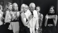 Auf dem Laufsteg stets im Schneiderkittel: Hubert de Givenchy nimmt 1995 nach seiner letzten Schau in Paris Abschied von der Mode.