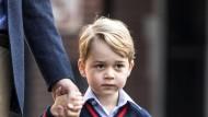 Prinz George ist an diesem Donnerstag im zarten Alter von vier Jahren in die Schule gekommen. Seinem Blick nach zu urteilen ist dem kleinen George vollkommen bewusst, dass jetzt der Ernst des Lebens beginnt. Lesen, Rechnen, Sport und Theater stehen von nun an auf seinem Stundenplan.