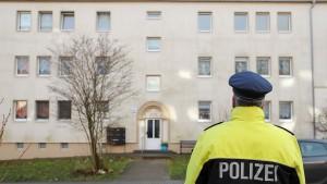 Frau versteckt zwei tote Säuglinge in der Wohnung