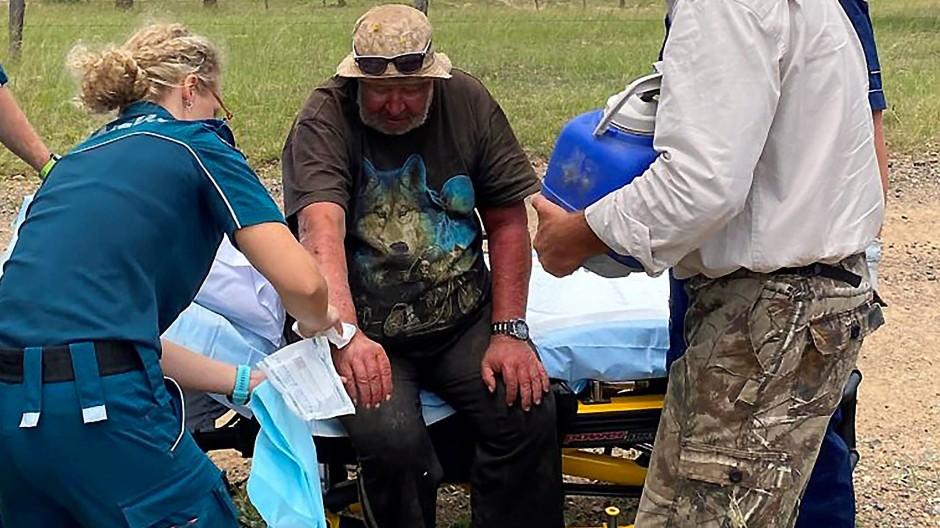 Robert Weber überlebte 18 Tage im Outback. Rettungskräfte behandeln den 58 Jahre alten Mann noch vor Ort.