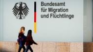 Passanten laufen am Bamf in Berlin vorbei (Archivbild).