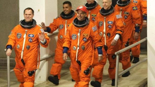 Discovery dockt an ISS an