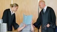 Die Angeklagte sitzt, versteckt hinter einer Aktenmappe, am Dienstag im bayrischen Coburg vor Gericht. Dort hat sie gestanden, acht Säuglinge in Handtücher eingewickelt und versteckt zu haben.