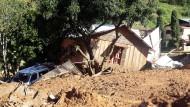 Erdrutsch tötet Dorfbewohner