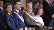 Letizia (links) und Sofia stehen auf König Juan Carlos' (rechts) Gehaltsliste