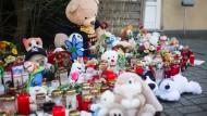 Kerzen, Blumen und Stofftiere liegen am Freitag in Herne vor dem Wohnhaus des ermordeten neunjährigen Jungen Jaden. Sein mutmaßlicher Mörder sitzt in Haft. Im Netz hatte er sich mit seinen Taten gebrüstet – typisch für einen bestimmten Tätertyp, sagt ein Psychiater.