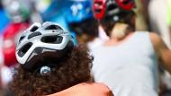 Zwei Frauen mit Fahrradhelmen in Stuttgart (Archivbild). Eine neue Studie entfacht wieder einmal die Debatte um eine mögliche Helmpflicht.