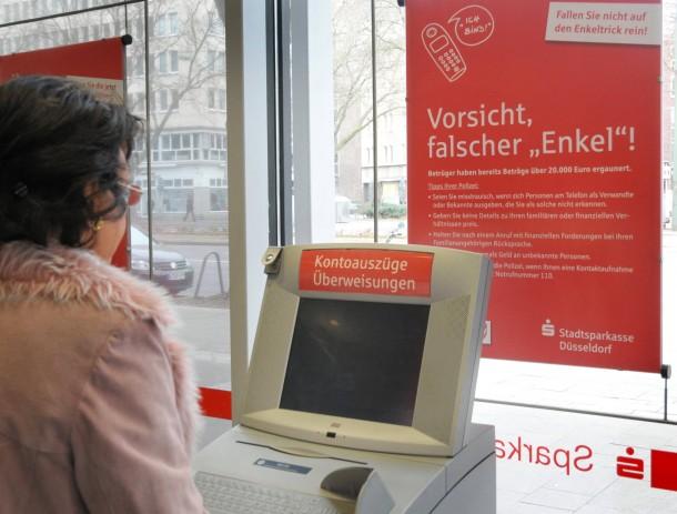 aktuell rhein main enkeltrick variante falscher staatsanwalt laesst euro ueberweisen .