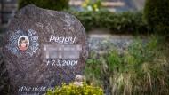 Der Gedenkstein des 2001 verschwundenen Mädchens auf dem Friedhof in Nordhalben. 15 Jahre später wurden ihre sterblichen Überreste entdeckt.