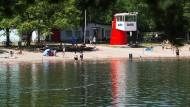 Ein DLRG-Wachstand, wie hier am Silbersee bei Langenhagen, kann tödliche Unfälle an Badeseen oftmals nicht verhindern. Nun wird mehr Sicherheit gefordert.