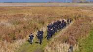 Bereitschaftspolizisten suchen im November im Deichvorland an der Ems nach der 66 Jahre alten Millionärin aus Leer. Mehr als fünf Monate nach dem Verschwinden der Frau ist nun möglicherweise deren Leiche gefunden worden.