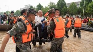 Massen-Evakuierung per Bootsbrücke