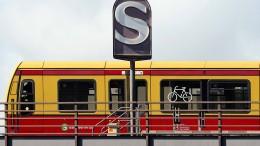 Unbekannter verletzt drei Menschen an S-Bahnhof in Berlin