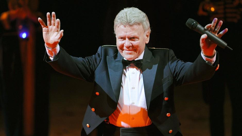 Ohne Panther, aber mit Mikro: Zirkusdirektor Gerd Siemoneit-Barum winkt nach der letzten Vorstellung seines Circus im Oktober 2008 dem Publikum zu.