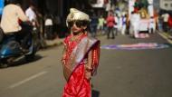 Lebendig begrabenes Baby in Indien durch Zufall gerettet