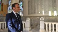 Der französische Präsident Emmanuel Macron besucht den jüdischen Bereich auf dem Bologhine Friedhof in Algier (Archivaufnahme vom Februar).