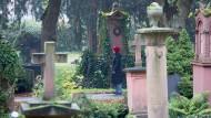 Besucherin des Mainzer Hauptfriedhofs: Auseinandersetzung mit der eigenen Sterblichkeit